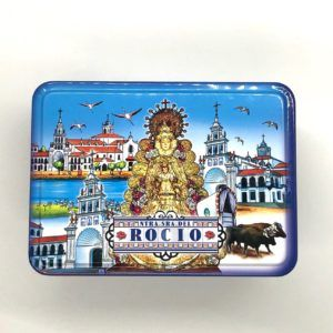 Caja de lata rectangular, cuyo diseño está basado en imágenes exclusivas del Rocío.
