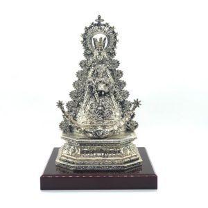 La imagen de la Virgen está tallada en plata donde se aprecian todos los detalles de sus galas vestida de reina.