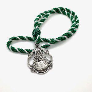 Medalla pandereta de Ntra. Sra. del Rocío plateada. La medalla está realizada en zamak e incluye cordón de algodón.