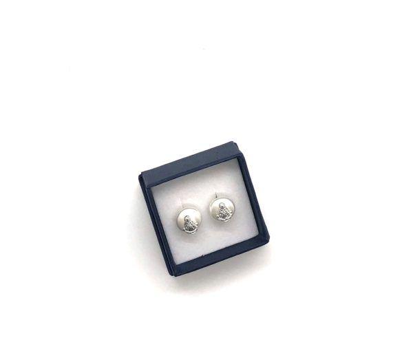 Pendientes perlas de la Virgen el Rocío, elaborados con perlas de río y Plata de 1ª Ley. Sobre la perla blanca se encuentra la imagen de la Virgen fabricada en Plata.