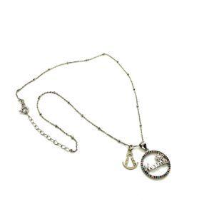 Colgante mamá elaborado en Plata de primera ley con bisel de circonitas de colores. Incluye cadena ajustable y medalla de Plata basada en la silueta de la Virgen del Rocío.