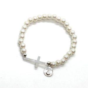 Pulsera de perlas con medalla redonda de la Virgen del Rocío y cruz. La medalla de la Virgen y la cruz están fabricadas en Plata de 1ª Ley.