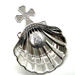 Concha Bautismo de metal plateado con cruz en la parte superior y óvalo de Plata bilaminada de la Virgen del Rocío.