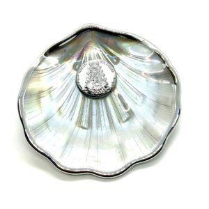 Concha de Bautismo de la Virgen del Rocío en cristal anacarado y óvalo de Plata bilaminada de la Virgen del Rocío.