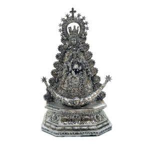 Imagen de la Virgen del Rocío. La imagen está tallada en resina donde se aprecian todos los detalles de sus galas vestida de Reina.