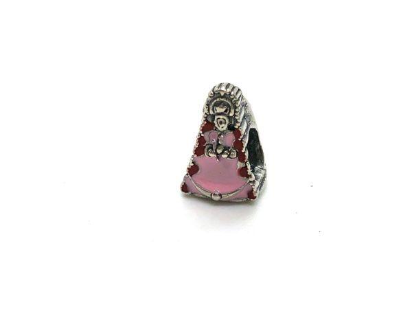 Charm de la Virgen del Rocío con esmalte rosa. Fabricado en Plata de Primera Ley. Color esmalte: Rosa.