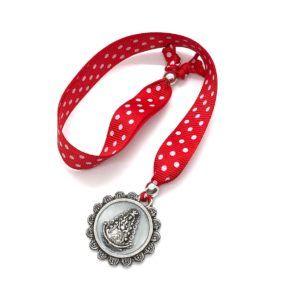 Collar cinta lunares ajustable de color rojo con colgante cerco en forma de flor y silueta de la Virgen del Rocío. Material colgante: Metal y nácar.