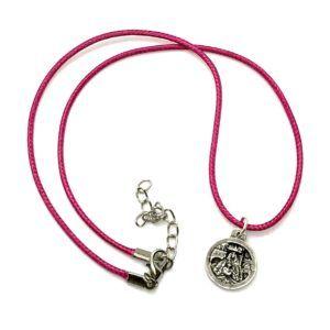 Colgante Virgen del Rocío de Pastora fabricado en Metal Plateado. Incluye cordón y medalla de Metal redonda con la Virgen con sus galas de Pastora