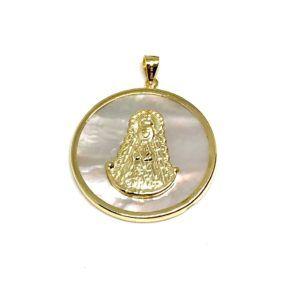 Medalla de la Virgen del Rocío con forma redonda cuyo material de fabricación es Plata de 1ª Ley chapada en oro amarillo con base de nácar.