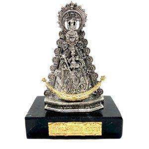 """Virgen del Rocío sobre peana rectangular realizada en mármol. Media luna y placa """"NTRA.SRA.DEL.ROCÍO"""" en color dorado."""