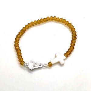 Pulsera Virgen del Rocío con perlas cristal en color dorado. Incluye cruz de nácar y medalla de la Virgen fabricada en Plata de Primera Ley.