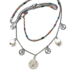 Gargantilla doble con colgantes y medalla de la Virgen del Rocío. Cadenas en acero y medalla de la Virgen en nácar y Plata de Primera Ley.
