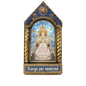 Sobremesa en forma de capilla con fotografía de la Virgen del Rocío con sus galas de Reina.
