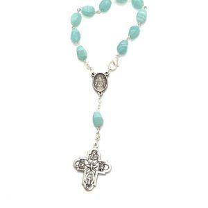 Rosario de mano de la Virgen del Rocío formado por 11 cuentas grandes y ovaladas de piedras en color verde agua y cruz de metal.