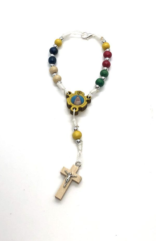 Rosario de mano de la Virgen del Rocío formado por 11 cuentas redondas de madera en varios colores. Cruz de madera y metal.