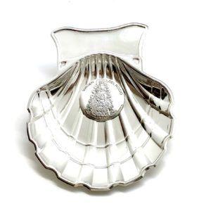 Concha Bautizo de metal plateado con placa para grabar en la parte superior y óvalo de Plata bilaminada de la Virgen del Rocío.