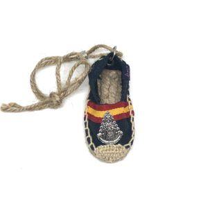 Colgante de coche zapatilla de tela Virgen del Rocío. Color azul oscuro con bandera de España.