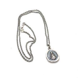 Collar de Metal Plateado con colgante nacarado de la Virgen del Rocío. Incluye cadena de Metal Plateado.