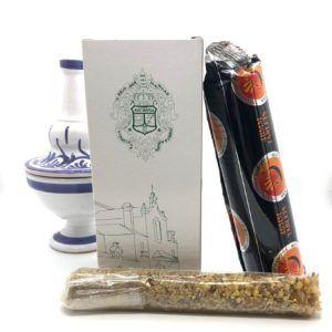 Conjunto incensario e incienso con aroma rociero e incensario fabricado en cerámica de color blanco y azul.