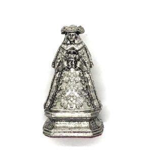 Imagen de la Virgen del Rocío. La imagen está realizada en zamak donde se aprecian todos los detalles de sus galas vestida de Pastora.