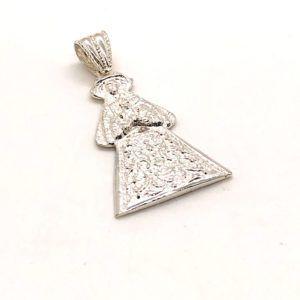 """Medalla silueta Virgen del Rocío de Pastora. En la parte posterior de la medalla se encuentra grabado """"Ntra. Sra. Del Rocío Patrona de Almonte"""", en Plata de 1ª Ley"""