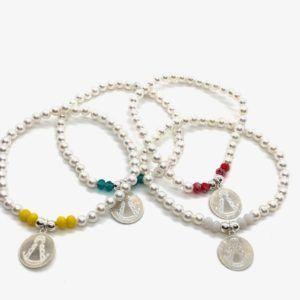 Pulsera Virgen del Rocío con perlas pequeñas blancas y diamantes de colores. Incluye colgante disco grabado en plata de 1ª Ley.