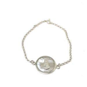 Pulsera cadena y medalla de la Virgen del Rocío con forma redonda cuyo material de fabricación es Plata de 1ª Ley con base de nácar.