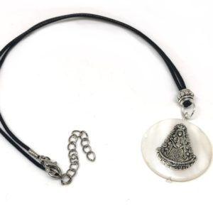 Collar de hilo con colgante imitación nácar y silueta de la Virgen del Rocío de metal. Incluye cordón negro y cadena ajustable.