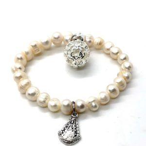 Pulsera de perlas desiguales con medalla de la Virgen del Rocío y llamador de Ángeles fabricado en Metal Plateado. Pulsera elástica.
