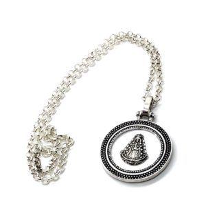Collar con cadena de Metal Plateado con colgante con cerco y silueta de la Virgen del Rocío. Incluye cadena ajustable.