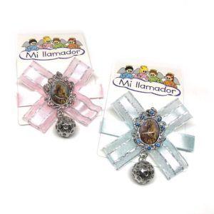 Broche lazo bebé celeste y/o rosa con medalla esmaltada de la Virgen del Rocío y llamador de Ángeles. Incluye broche soporte en la parte posterior.