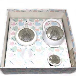 Set pinza chupete, porta-chupetes y medalla con placa bilaminada en Plata de 1ª Ley con la imagen de la Virgen del Rocío, en color: Blanco