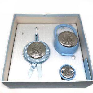 Set pinza chupete, porta-chupetes y medalla con placa bilaminada en Plata de 1ª Ley con la imagen de la Virgen del Rocío, en color: Celeste