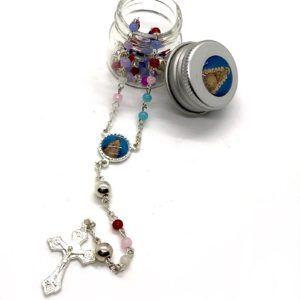 Rosario Virgen del Rocío formado por cuentas pequeñas y redondas de diferentes colores. Incluye cruz de metal.