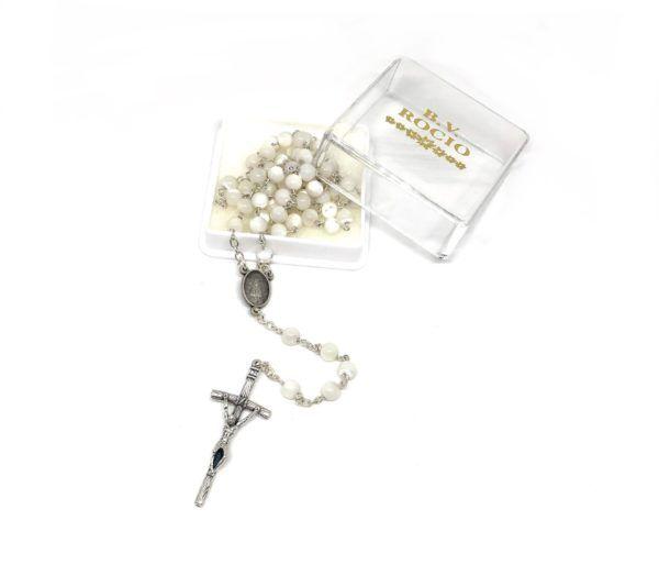 Rosario Virgen del Rocío formado por cuentas medianas y redondas de color blanco nácar. Incluye Crucifijo de metal.