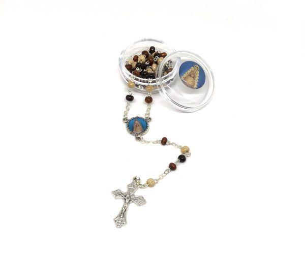 Rosario Virgen del Rocío formado por cuentas pequeñas y redondas de madera en diferentes colores. Incluye cruz de metal.