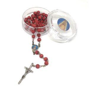 Rosario Virgen del Rocío formado por cuentas grandes y redondas con olor a pétalos de rosa. Incluye Crucifijo de metal.
