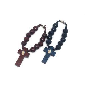 Rosario de mano de la Virgen del Rocío formado por 10 cuentas grandes y redondas de madera. Incluye cruz fabricada en madera con Crucifijo de metal y adhesivo de la Virgen.