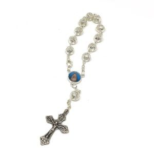 Rosario de mano Virgen del Rocío formado por cuentas grandes y redondas filigrana fabricadas en Metal Plateado. Incluye cruz de metal.