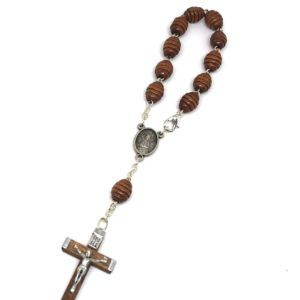 Rosario de mano de la Virgen del Rocío formado por 11 cuentas ovaladas de madera en color marrón. Incluye cruz fabricada en madera con Crucifijo de metal.