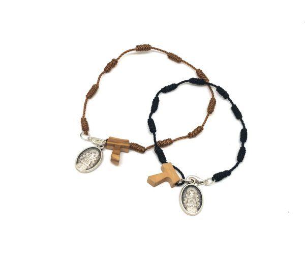 Pulsera rosario hilo con medalla de la Virgen del Rocío y cruz pequeña fabricada en madera, con cierre de mosquetón.