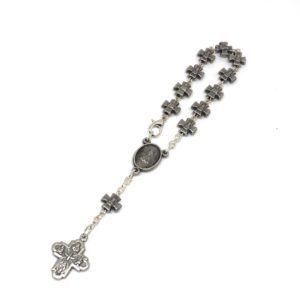 Rosario de mano Virgen del Rocío formado por cruces pequeñas fabricadas en Metal Plateado. Incluye cruz de metal.