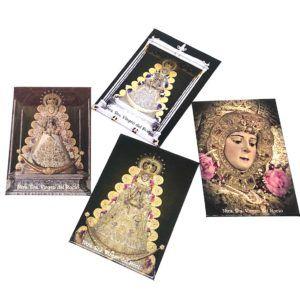 Imán rectangular con fotografía de la Virgen del Rocío. Su material de fabricación es cartón compacto.