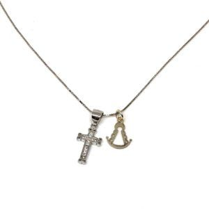 Colgante elaborado en Plata de primera ley con cruz de diamantes. Incluye cadena y medalla de Plata basada en la silueta de la Virgen del Rocío.