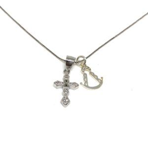Colgante elaborado en Plata de primera ley con cruz diamantes y símbolo infinito. Incluye cadena y medalla de Plata basada en la silueta de la Virgen del Rocío.