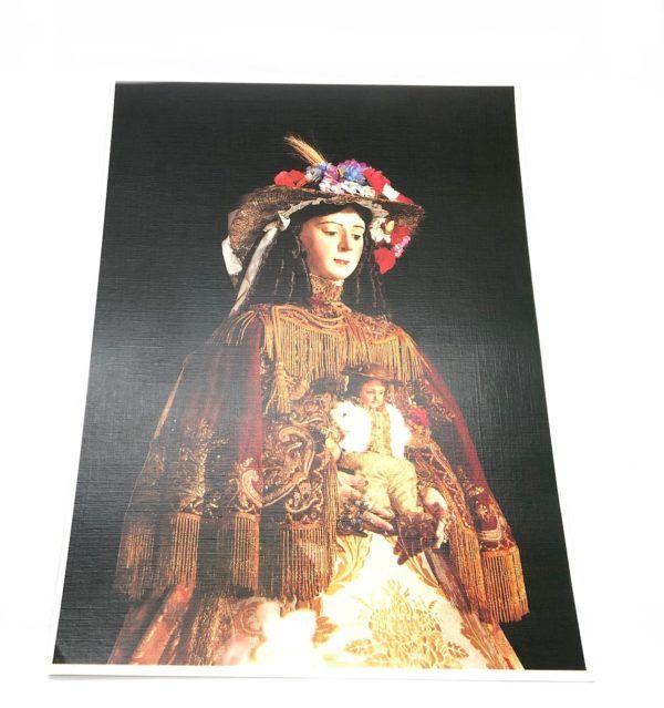 Lámina de la Virgen del Rocío donde se puede apreciar sus galas de Pastora sobre un fondo de color negro.