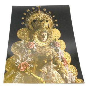 Lámina de la Virgen del Rocío donde se puede apreciar sus galas de Reina sobre un fondo de color negro.