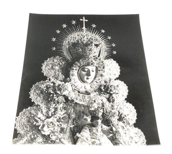 Lámina de la Virgen del Rocíodonde se puede apreciar sus galas de Reina sobre un fondo de color negro. Color: Blanco y negro.
