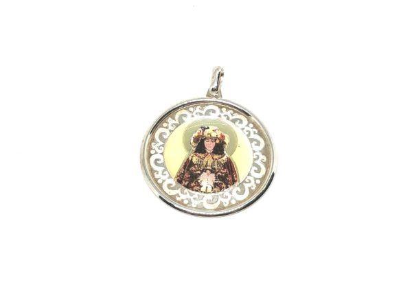 Colgante esmaltado con forma circular Virgen del Rocío con sus galas de Pastora y fabricado en Plata de 1ª Ley.